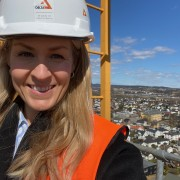 21-04-30 Camilla på toppen med utsikten mot OBS